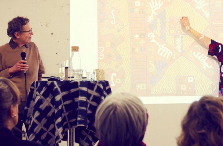 Margarete erklärt Kaitag-Stickereien