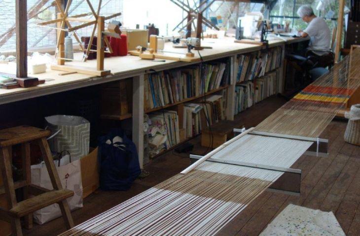 Kasuri Webmeister Jun Tomita in seinem Atelier in Kyoto Hills