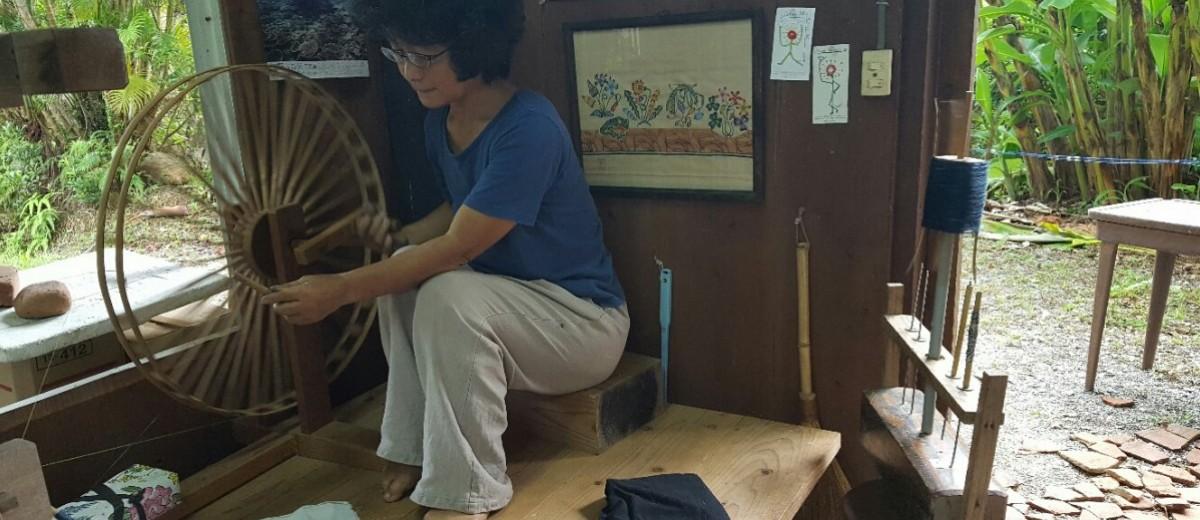 Yumiko Sensei demonstriert die japanische Methode des Spinnens